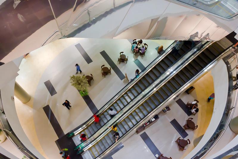 Photo von einem Shopping Mall, mit einigen Menschen versammelt.